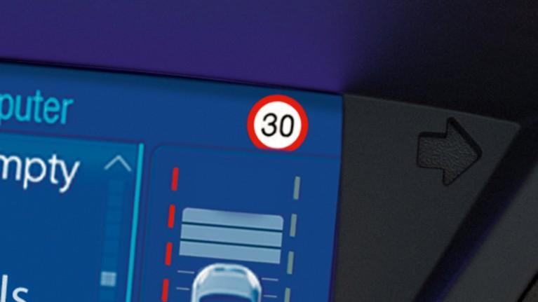 Transit Connect widzi znaki drogowe